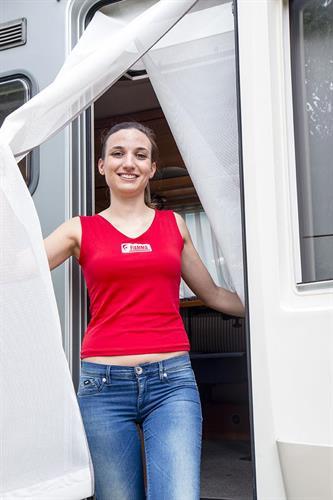 רשת נגד יתושים נגללת לדלת כניסה לקרוואן.