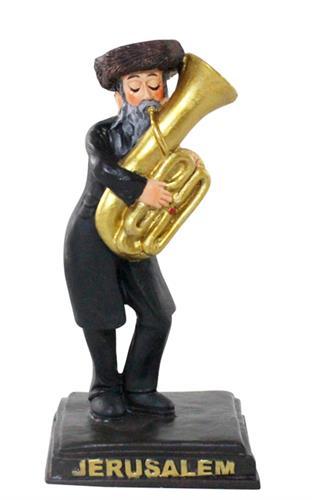"""חסיד מפוליריזן שחור עומד על במה ומנגן בטובה 11 ס""""מ"""