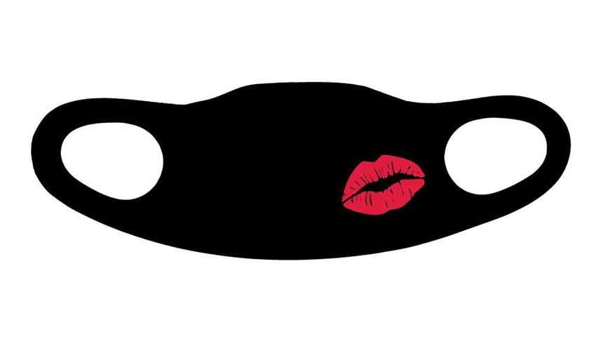 מסיכה שחורה נשיקה