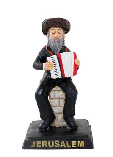 """חסיד מפוליריזן שחור יושב על במה ומנגן באקורדיון 11 ס""""מ"""
