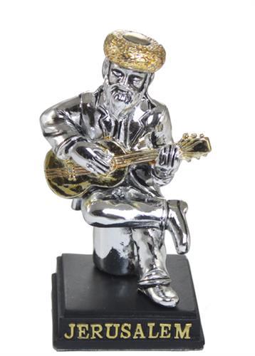 """חסיד מפוליריזן מוכסף יושב על במה ומנגן בגיטרה 8 ס""""מ"""