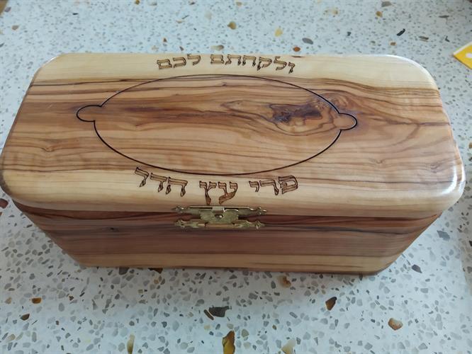 קופסא לאתרוג מעץ זית עם קישוט על המכסה