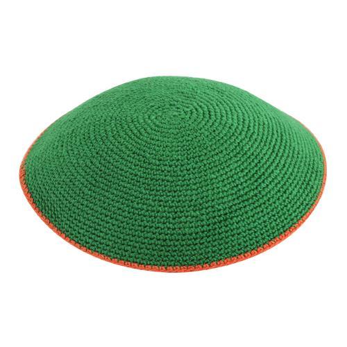 """כיפה ד.מ.צ 13 ס""""מ שטוח רקע ירוק פס כתום"""