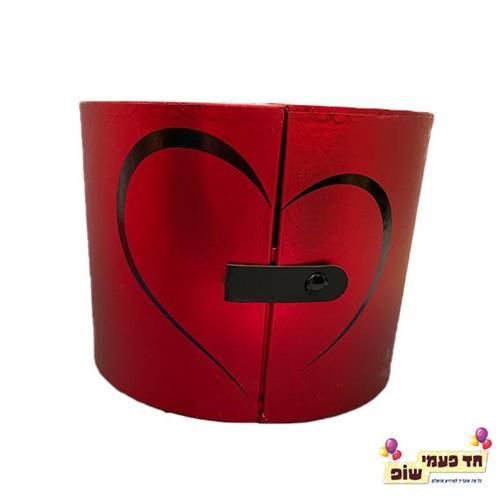 קופסא נפתחת לחצי לב אדום