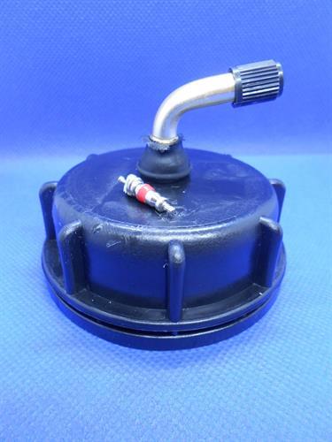 מכסה פקק חכם שחור עם שסתום ונטיל בזוית  עם אטם לסדרת גריקנים מים 11.18.20.25.30 וגם 60 ליטר