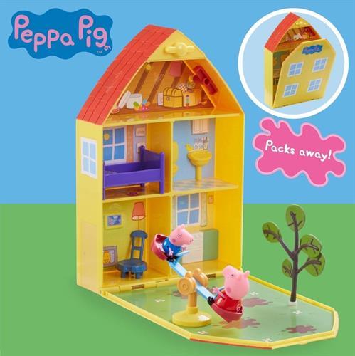 הבית של פפה עם גינת משחק ושתי דמויות