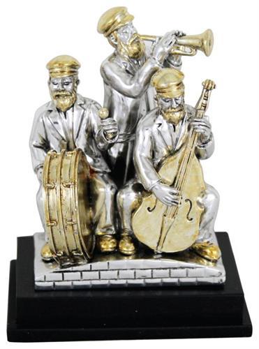 """שלושה נגנים חסידיים מפוליריזן מוכסף עומדים על במה ומנגנים בנבל, תופים וקלרינט 10 ס""""מ"""