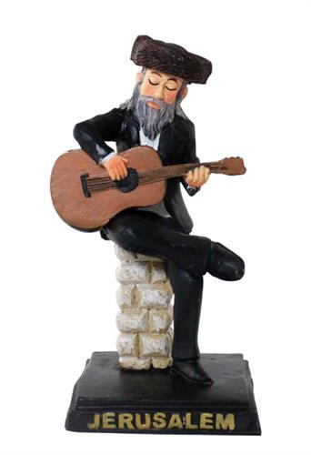 """חסיד מפוליריזן שחור יושב על במה ומנגן בגיטרה 11 ס""""מ"""