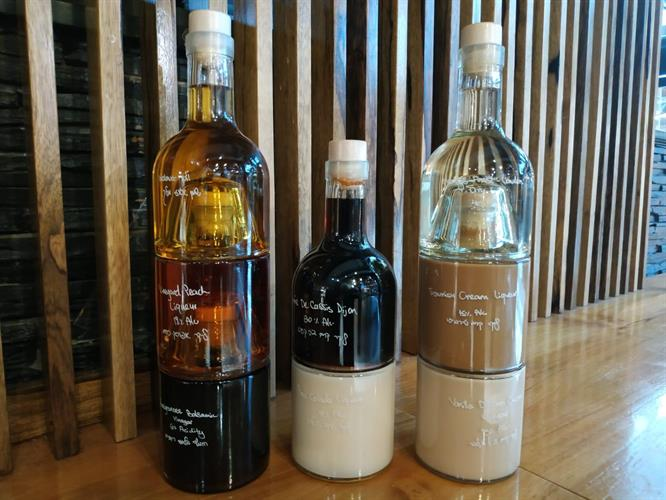חגיגת ליקרים בבקבוקים משתלבים