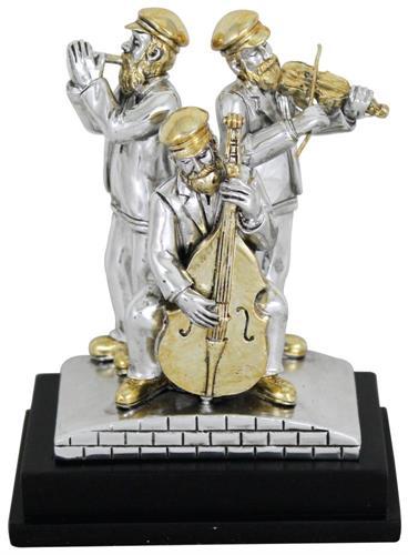 """שלושה נגנים חסידיים מפוליריזן מוכסף עומדים על במה ומנגנים בנבל, כינור ושופר 11 ס""""מ"""