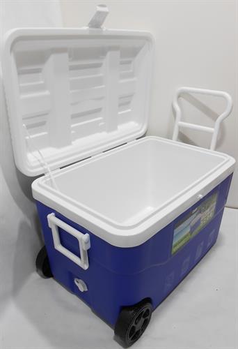 צידנית 60 ליטר קשיחה עם גלגלים ופקק ריקון  צבע כחול מכסה לבן