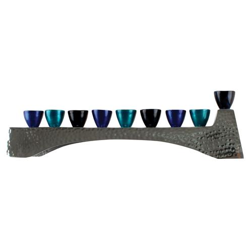 """חנוכיה אלומניום מרוקע עם קנים גוון כחול 30.5x7 ס""""מ"""