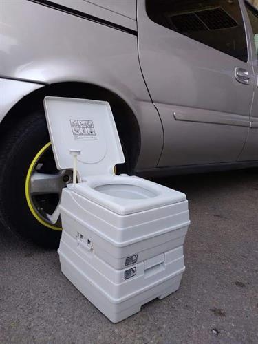 אסלה למנופים ומפעילי עגורנים אסלה  ניידת  שירותים  ללא צורך בחשמל(24 ליטר חסר כרגע) רק 21 ליטר במלאי